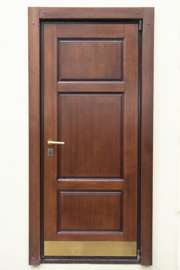 Двери с натуральной накладкой из массива
